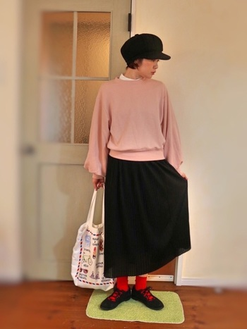 スモーキーなピンクのトレーナー×真っ赤のソックスが絶妙な組み合わせ◎ パフスリーブの袖が魅力的なGUのトレーナーが、可愛らしさを最大限に発揮しています。
