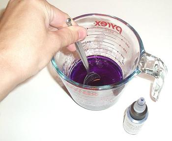 ・グリセリンソープを小さく刻みます。  ・刻んだグリセリンソープを耐熱容器に入れて湯煎します。  およそ60度前後が融点です。  湯煎ではなく電子レンジでもOK。  10秒ずつ区切って様子を見ながら融かしましょう。  ・溶けたら色素・エッセンシャルオイルを加えて混ぜます。  ドライハーブを入れる時にもこのタイミングで!