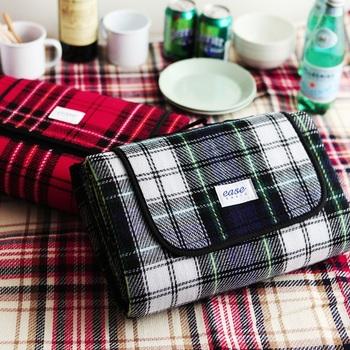 バッグのように見えますが、じつはレジャーシート。持ち手も付いて、ほんとうにバッグのようですね。家族で使うのにちょうどいいサイズで、あきのこないチェック柄も魅力的。ピクニック気分が盛り上がりそう♪