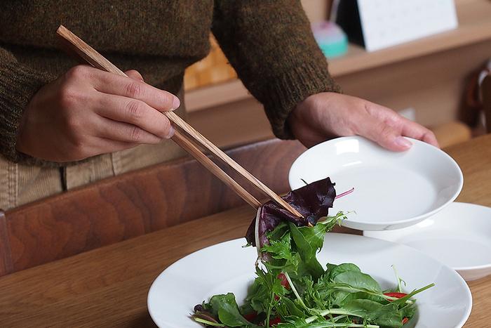 人と食事をシェアする時は、取り箸を使うようにします。取り箸がない場合は、追加で用意しましょう。近しい間柄の場合で相手が「直箸で」と言った時は、気を遣い過ぎずにそうしましょう。
