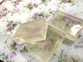 グリセリンソープは乳白色のものと透明なクリアタイプのものがあります。  ミルキーカラーに仕上げたい時には乳白色、透明感を活かしたい時には透明なものを選ぶのがおすすめです。