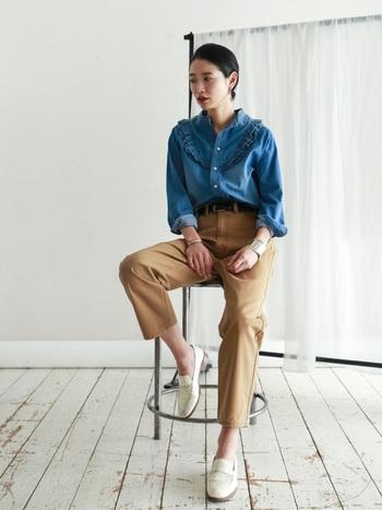 トレンドのチノパンとマニッシュなシューズで大人っぽくまとめたコーデ。胸元のフリルが女性らしい印象のブルーシャツを、あえてメンズライクに着こなすことで大人の雰囲気漂う上品なスタイルに仕上がります。