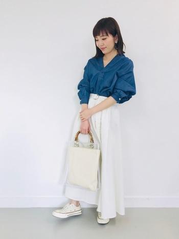 ふんわりした白のフレアスカートに濃い目のインディコシャツを合わせれば、爽やかなマリンスタイルの完成♪ベルトをきゅっとしめて上半身をコンパクトにまとめることで全体のバランスが良くなりスタイルアップにもつながりますよ♪