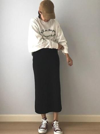 ロゴトレーナーを、大人っぽいタイトスカートに合わせて。細ラインで描かれたプリントはちょうどいいカジュアル感。かっこよさが魅力的なコーデです。