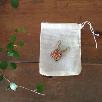 作った石鹸をコットンやオーガンジーのバッグ(巾着袋)に入れてクローゼットの引き出しにIN。ランジェリーやリネンが香りをまとい、引き出しを開くたびに幸せ気分に浸れます♪