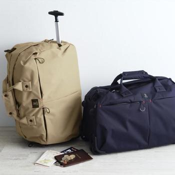 普段は普通の旅行バッグとして持ち歩きつつ、荷物が重くなればハンドルを出してコロコロ移動。シーンに合わせて使い分け自在な多機能バッグです。ショートトリップで「キャリーを持つのはちょっと大げさかな」という時に重宝します。