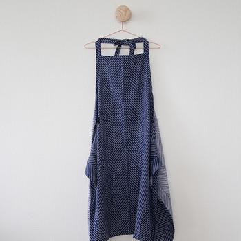 エプロンは1回お洗濯をすると3~5㎝ほど縮みますが、もともと大きなサイズで作られているため、洗濯後は日本人の身体にフィットする程よいサイズになります。こんな風にハンガーに掛けても絵になるスタイリッシュなエプロンなら、毎日の料理がさらに楽しくなりそうです。