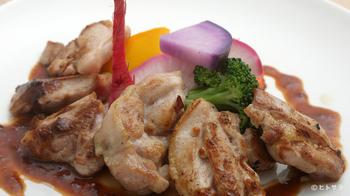 平日限定のランチコースのメインは、ジューシーな旨みが溢れる「大山とりの鉄板焼き」。麹に漬け込んだ鶏肉は柔らかく絶品。女子会やママランチ、歓迎会などでいつもよりちょっぴり贅沢なランチも良いですね。