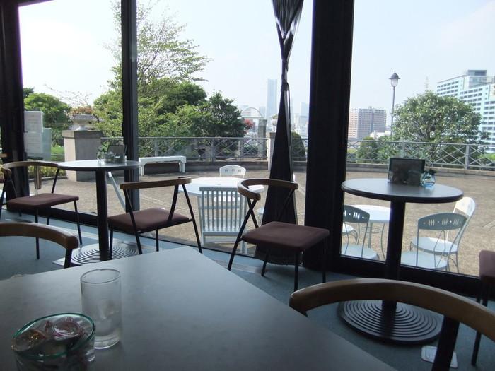 喫茶室は付属棟にあります。華やかでレトロな本館とはうってかわってモダンでシックな内装の喫茶室では、横浜の街を見下ろすテラスの眺望を楽しみながらティータイムが楽しめます。