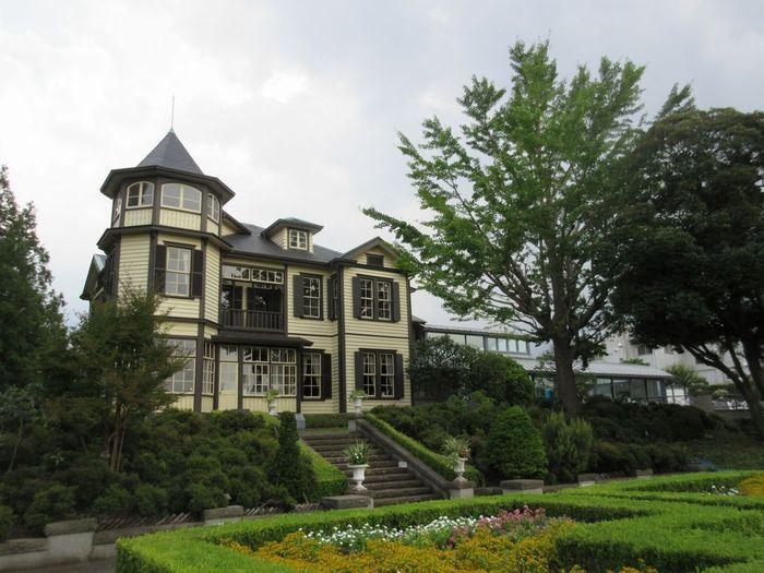 JR石川町駅から徒歩5分。1910年、明治政府の外交官・内田定槌氏の邸宅として渋谷区南平台に建てられたものを、1997年に現在の地に移築したものです。国の重要文化財に指定されています。