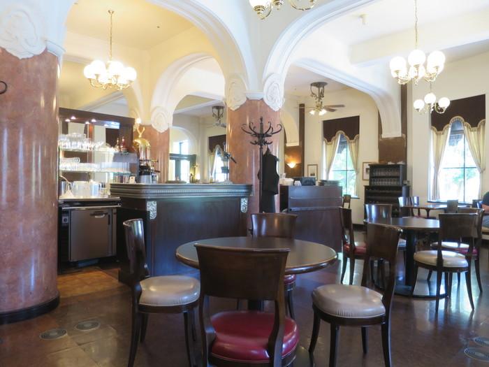 「パリの記者たちが集まるカフェ」がテーマのフレンチスタイルカフェで、ヨーロピアンクラシックな雰囲気の中でくつろげます。窓からは「キングの塔(神奈川県庁本庁舎)」が見え、美しい銀杏並木が続きます。