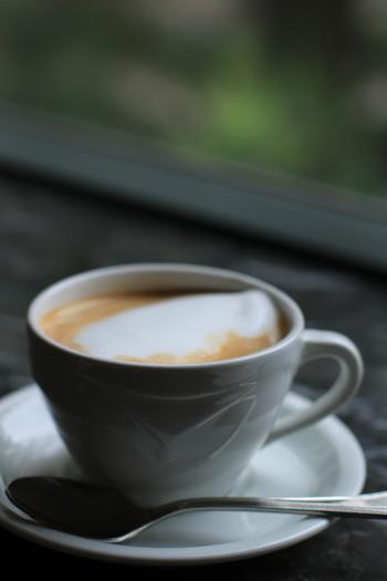 例えばダブルエスプレッソ&スチームミルクの「記者たちのカフェ」は、「パリの気難しい記者たちにはダブルエスプレッソと泡立てたミルクを別々に」と、設定が凝っています。そのほかブレンド&エッグリキュールの「弁護士たちのカフェ」、ブレンド&オレンジリキュールの「裁判官たちのカフェ」など、パリのカフェに集う人々をイメージしたコーヒーが供されています。