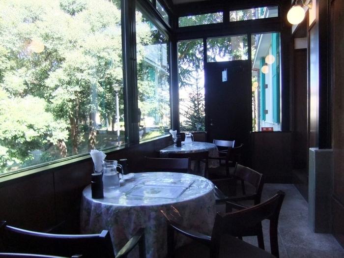 生糸商社の横浜担当だったスイス人、フリッツ・エリスマン氏のために建てられた木造モダニズム建築です。マンション建築のため一度は解体されましたが、1990年に現在地に移築されました。家具も設計したエリスマン氏によるものです。カフェは厨房だった部分を利用しています。