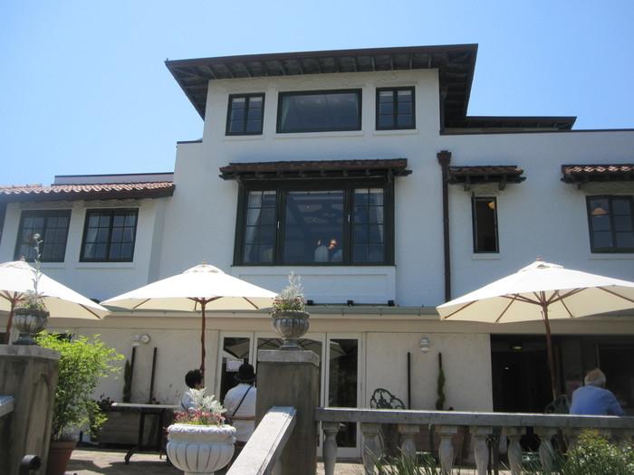 東急みなとみらい線 元町・中華街駅より徒歩8分。港の見える丘公園の展望台に隣接し、ローズガーデンを見下ろす「ラフィン邸(山手111番館)」の中にあります。1926年、アメリカ人実業家ラフィン氏の住宅として建築されました。土地の高低の関係で、正面から見ると木造2階建てですが、反対側からはコンクリートの地階が露出し3階建てに見えます。