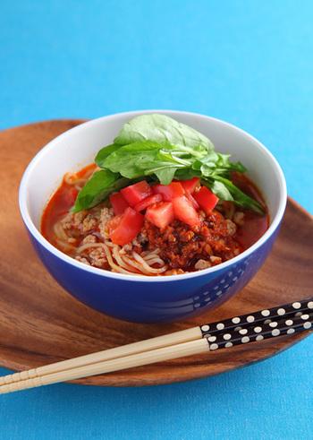 ピリ辛ラー油といえばやっぱり麺もの!即席で作れるラー油のアレンジレシピです♪トマトやルッコラとの相性も魅力です。