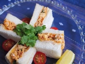 ラー油はサンドイッチでも活躍!ラー油風味の鶏ひき肉を挟んでいます。ケチャップも加えるので、お子さんも食べやすい味付けに♪