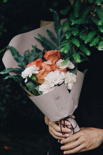 メインになるお花を決めてからサイドに入るお花を選ぶのがおすすめ。初心者の方は、使う色を2~3色くらいに抑えると、まとまった印象に仕上がります。