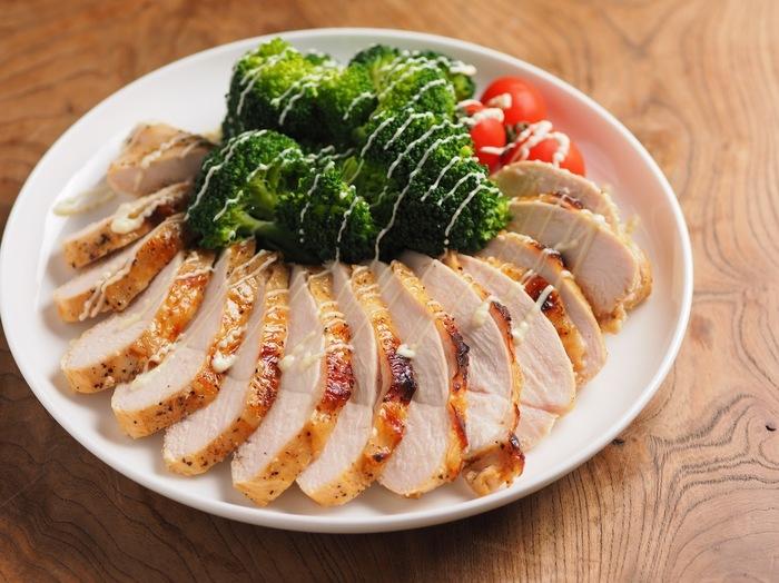 鶏むね肉を使ったヘルシーレシピ。タバスコ入りの漬け汁にマリネした後、こんがり焼き上げます。オーブントースターで焼けるお手軽さも魅力。