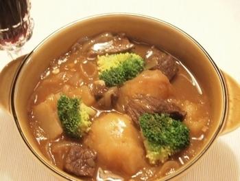 煮込み料理にも使えるタバスコ。こちらはおしゃれな赤ワイン煮込みです。お好みで辛さを調節すると良いでしょう。