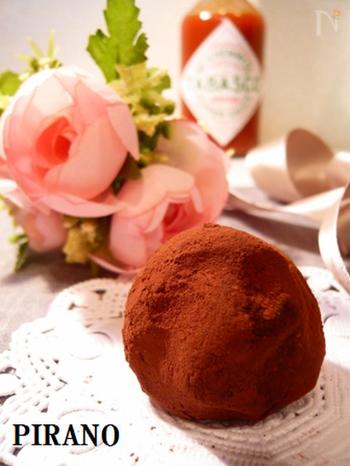 こちらなんと、タバスコ入りのトリュフです!材料は4つだけなので手順も簡単。ちょっぴり驚かせたい時のスイーツプレゼントにも良いですね♪タバスコとチョコレートの隠し技コンビを、オリジナルチョコレシピでも挑戦してみてください。