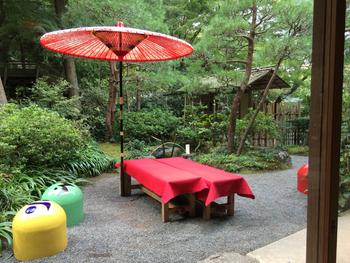 明月院の敷地内にある「月笑軒」では、お抹茶や珈琲などをいただくことができます。緑深いお庭を眺めていただくお茶は、格別の味わいですね。
