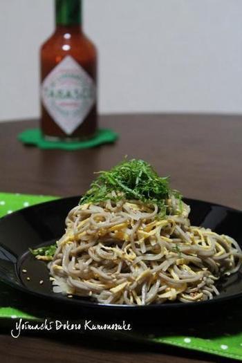 主食にもなるサラダそばにも、タバスコの出番です。タバスコが和食にどう働きかけるのか♪いい意味で予想を裏切ってくれる、ワクワクな一品。
