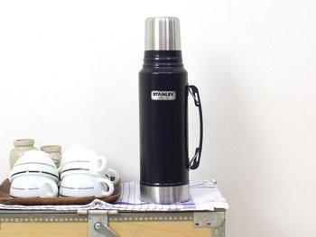 こちらは持ち運びに便利なグリップ(ハンドル)付きの「クラシックボトル」。1ℓとたっぷり容量があるので、これひとつで一日分の水分を持ち歩くことができます。味のあるクラシックなデザインの水筒は、ピクニックやアウトドアはもちろん、室内用のポット代わりに使っても素敵です。ハンマートーン加工を施したボディは重厚感があり、お部屋のインテリアに上品に馴染みます。