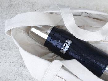 持ち歩きに便利な程よい大きさと、たっぷり飲めるサイズ感が魅力のクラシックバキュームボトル0.75ℓ。ボトルと一体化したフタはドリンクカップとしても使用可能で、荷物を増やしたくないアウトドアシーンにも便利。少々落としても使い続けられるタフなつくりも特徴です。