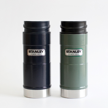 カラーはグリーンとネイビーの2色展開。どちらも大人っぽく落ち着いた色合いなので、年齢や性別を問わず使用できるのも魅力です。保温効果は75度以上で2時間、60度以上で4時間、45度以上で6時間。蓋が分解できて洗いやすく、衛生的に保てるのも嬉しいポイント。持ち運びに便利なスリムな形状で、オフィスでの使用やちょっとしたお出かけなど、様々なシーンで活躍するアイテムです。