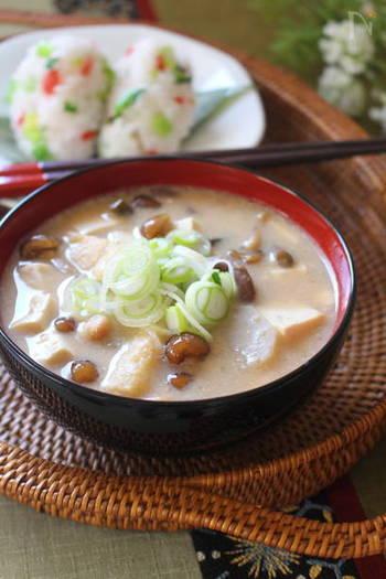 山形県で懐かしいおふくろの味として親しまれているお味噌汁がこの納豆汁です。あらかじめ細かく刻まれたひきわり納豆ではなく、納豆をすり鉢で細かく練るように潰すことがポイントになります。最近ではミニサイズのすり鉢も販売されているので、一人暮らしの方もお母さんの納豆汁が恋しくなったらミニサイズのすり鉢を使えば少量でも作ることができますよ。