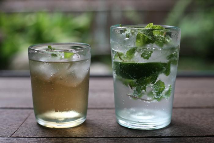 奥原硝子製造所の、再生ガラスを使ったグラス。使われているのは、役目を終えた古い窓ガラス。ラムネを思わせる涼し気で懐かしさのあるガラスを、沖縄で最も古い琉球ガラス工房の確かな技術力で、味のあるグラスに仕上げています。気泡の出方が1点ずつ違うので、いくつか揃えて個性を楽しむのもおすすめです。