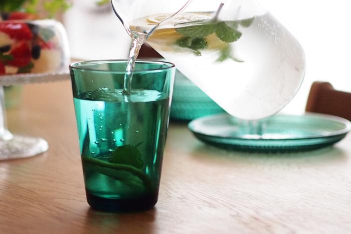 エメラルド色が美しい、イッタラのグラス。深海や湖を思わせる深い青緑色が、お水をとびきり美味しく見せてくれます。たっぷり飲める400mlのビッグサイズ。氷もたっぷり入れられる、まさに夏にピッタリのグラスです。