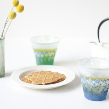 見ているだけでうっとりとしてしまう、波模様のグラス。ガラス工芸家の橋村野美知さんが、1つ1つ手作業でていねいに作り上げた作品は、1つとして同じものがありません。このグラスに注ぐだけでいつもの飲み物が一気に特別なものになりそうな、物語を感じさせるグラスです。
