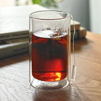 ガラスが2層になった、ダブルウォールグラス。氷をたっぷり入れた冷たいグラスでも、結露がつきにくいという特徴もあります。ホットでもアイスでも、毎日使える便利でオトクなグラスです。