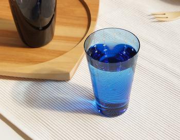 江戸切子の伝統技術を使った、キュートなグラス。レトロな印象のある切子を現代風にアレンジした、粋なデザインが魅力です。液体を注ぐと、水滴が零れ落ちるような模様が浮き上がります。繊細な伝統工芸を、生活に取り入れてみて。