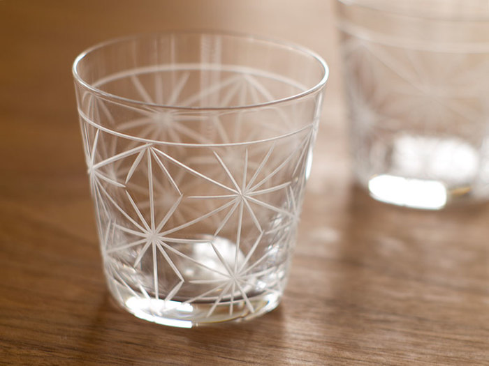 麻の葉模様が上品な、中川政七商店のグラス。繊細な手仕事によってつくられた薄づくりのガラスは、ドリンクの口あたりもなめらかにしてくれます。麻の葉には魔除けの意味もあり、季節の変わり目や疲れが出る時期には元気がもらえそう。贈り物としても喜ばれる、美しいグラスです。