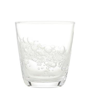 フランフランのハンドメイドグラス。海の中に浮き上がる泡をイメージした、涼しげなデザインです。ぽってりとした形で、手に馴染み、デイリー使用にちょうどいい大きさ。泡の出方や大きさが少しずつ違うので、いくつか揃えて使うのもおすすめ。個性も光る、ステキなグラスです。