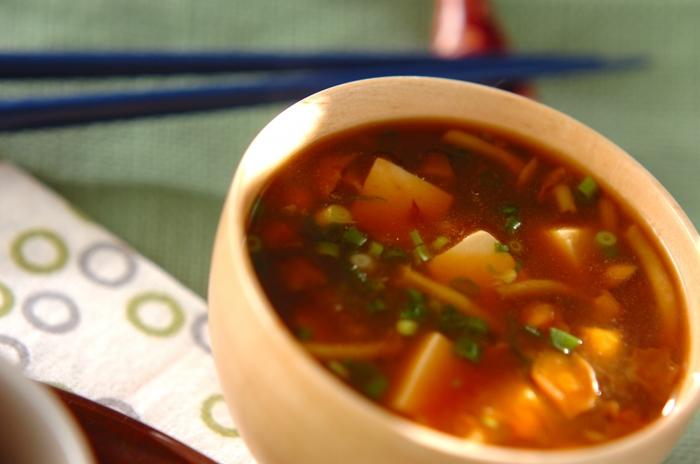 なめこと豆腐がとっても美味しいなめこの赤だしは、愛知県の八丁味噌(赤味噌)がポイントになります。独自の濃いめの味わいで、火を通してもお味噌の風味が残ります。白いご飯にも合うしっかりとした味わいのお味噌汁です。
