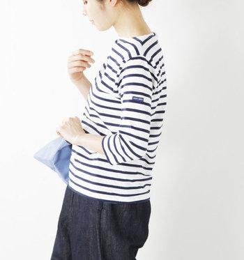 薄手素材でスッキリとした7分袖のモーレ。やわらかなコットン生地が着心地よく、シンプルでコーディネートしやすい一枚です。
