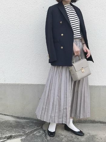 大人のマリンスタイル。金ボタンのジャケットにセントジェームスのボーダーをin。揺れるロングプリーツスカートや、白ソックスが爽やかで上品です。