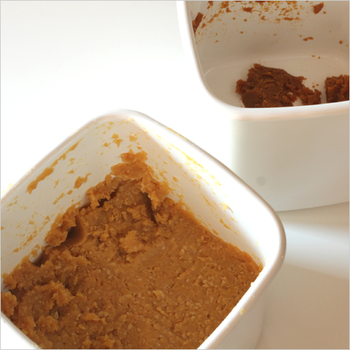 お味噌を入れるのにもピッタリなスクウェアタイプ。細菌が繁殖しにくいだけでなく、洗う際に汚れが落ちやすく臭い移りもしにくい。この琺瑯の特徴のおかげで様々なものを保存できるんですね。