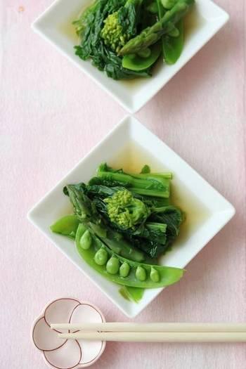 菜の花、アスパラガス、スナップエンドウ。春野菜3種を使った、グリーンが鮮やかなお浸しのレシピです。調理時間10分でできるシンプルレシピ、素材の味も楽しめてイチオシです。