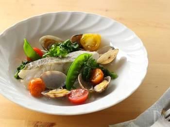 素材の味を活かすイタリア料理、アクアパッツァ。春野菜でもおいしく作れますよ♪塩たらの切り身を使うので火が通りやすく、あっという間の10分で豪華な一皿に。