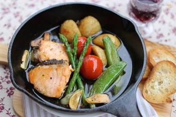 アヒージョもまたシンプルに素材の味を楽しめる料理ですよね。アスパラガスやスナップエンドウ、新じゃがといった春野菜を、バケットと一緒に楽しんで。