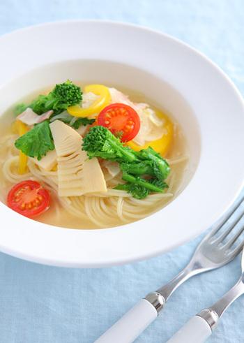 春野菜のオニオンスープを使った、ちょっと贅沢なスープパスタ。見た目は華やかですが、10分ほどで作れてしまいます。細めのパスタでスープも残さず楽しんで。