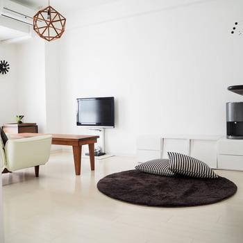 心地よさを考える上で、壁や床の色も大切なポイント。ベーシックな白壁は、反射で部屋全体が明るくなり、どんなテイストともマッチします。真っ白よりもナチュラルな雰囲気が好みの場合は、少しトーンを落としたクリーム色の壁や壁紙の部屋を選ぶとよいでしょう。
