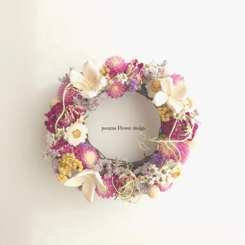 玄関に飾っておきたくなる「フラワーリース」もいいですよね。季節の花や、お母さんの好きな花を組み合わせて、自由に彩りましょう。 こちらのように、白や赤紫のやさしい色の花で仕上げたものなら、女性らしい、品のある雰囲気に。毎日家事や仕事で忙しいお母さんだからこそ、「花のある暮らし」を楽しんでほしいと気持ちを込めて、感謝を伝えるのはいかがでしょうか。