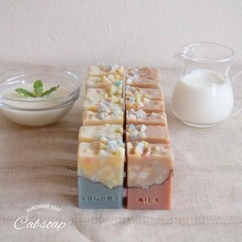 このように、色の違うベース液を組み合わせれば、お菓子のように愛らしい作品をつくることもできますよ♪肌を優しく洗えて、かつ、香りにも癒される、素敵な贈り物をつくってみてください。