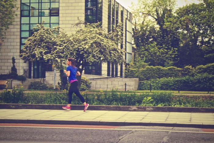 少し距離が縮んできたなと感じたら、趣味やマイブームなどを聞いてみるのもいいですね。「○○さんはスタイルがいいですよね。普段から何かスポーツをされているんですか?」といった質問の仕方なら、自然な会話になるはずです。例えば相手がジョギングをしていると答えたら、「週にどれくらいですか?」、「何kmくらい走るんですか?」、「どのあたりを走っているんですか?」など、いろいろな質問ができます。
