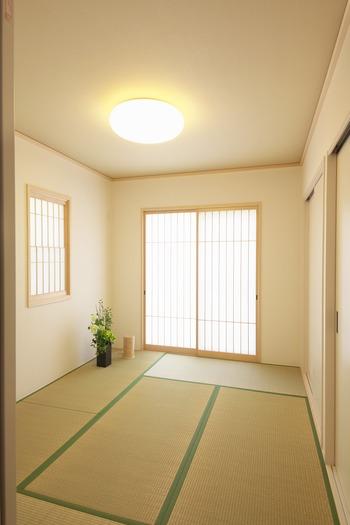 また、最近改めて見直されているのが畳です。昔から正座で低く暮らしてきた日本人にとって、やはり畳は落ち着きますよね。ただし、洋風の家具とのコーディネートは難しいので、手持ちの家具とも合わせたいという人は、和モダンな要素をミックスしたお部屋を選ぶといいですよ。